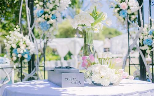 唯美的西式草坪婚礼现场布置图片