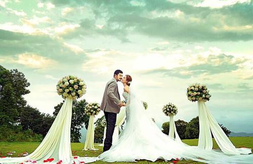 参加草坪婚礼穿什么_济南迦南之约告诉你