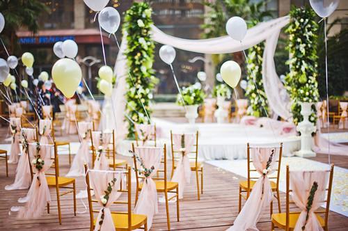 草坪婚礼如何布置自助婚宴