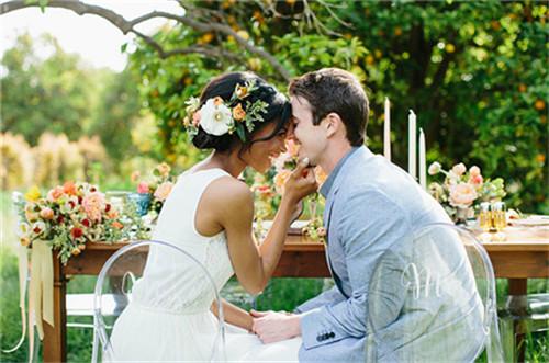 清凉而温馨的夏季户外草坪婚礼